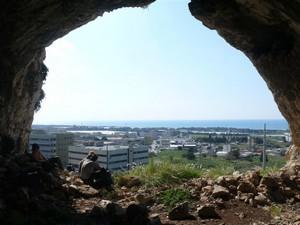 מבט אל טירת הכרמל מאחת ממערות עובדיה