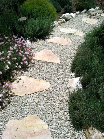 שביל מאבני מדרך וחצץ