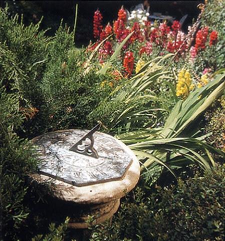 שעון שמש מוצב על עמוד אבן מפוסל