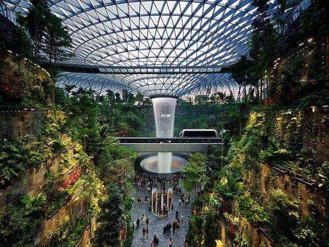 זווית נוספת של מפל המים. תמונה מתוך ויקיפדיה: HSBC Rain Vortex, Jewel at Singapore Changi Airport (S