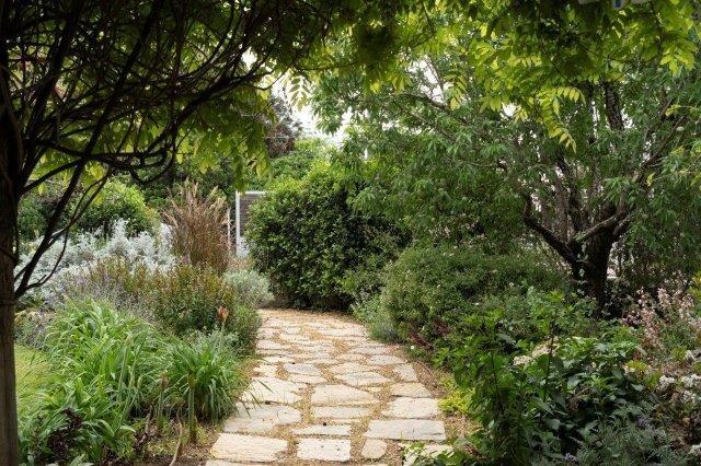 שימוש חוזר באותם אלמנטים בכל הגינה